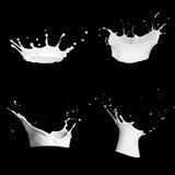 la leche y el chocolate salpica un fondo transparente ejemplo 3D en negro ilustración 3D Leche realista Imagen de archivo