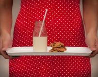 La leche y las galletas sirvieron estilo del vintage imagen de archivo