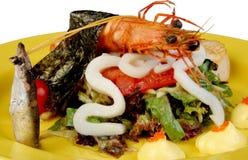 La lechuga con un camarón por el calamar, pesca el caviar rojo Imagenes de archivo