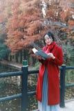 La lectura adentro de la naturaleza es mi afición, soporte de libro leído muchacha en el puente Imagenes de archivo