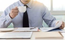 La lectura de trabajo del hombre de negocios documenta el gráfico financiero al suc del trabajo Fotografía de archivo libre de regalías