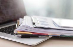 La lectura de trabajo del hombre de negocios documenta el gráfico financiero al suc del trabajo Fotografía de archivo