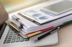 La lectura de trabajo del hombre de negocios documenta el gráfico financiero al suc del trabajo Foto de archivo libre de regalías
