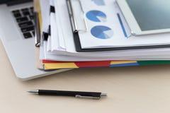 La lectura de trabajo del hombre de negocios documenta el gráfico financiero al suc del trabajo Foto de archivo
