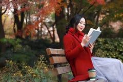 La lectura en naturaleza es mi afición, libro de lectura de la muchacha al aire libre Fotografía de archivo