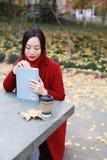 La lectura en naturaleza es mi afición, libro de lectura de la muchacha al aire libre Fotografía de archivo libre de regalías