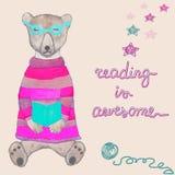 La lectura es la tarjeta impresionante, bandera con un oso lindo en ropa Imagen de archivo