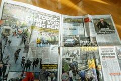 La lecture d'homme meurent Bild avec des photos d'attaque de Londres Photographie stock