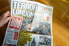 La lecture d'homme meurent Bild avec des photos d'attaque de Londres Images libres de droits
