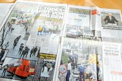 La lecture d'homme meurent Bild avec des photos d'attaque de Londres Photos stock