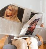 La lecture de femme meurent Zeit avec Marine Le Pen et Mlle America Photo libre de droits