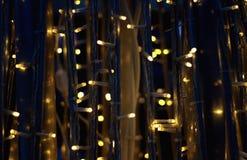 La LED allume le fond brouillé par guirlande image libre de droits