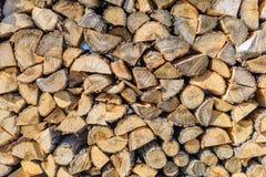 La legna da ardere marrone tagliata, impilata e aspetta per l'inverno immagini stock libere da diritti