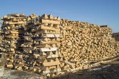 La legna da ardere punta costruita in pila di collega il cielo blu del fondo Fotografie Stock