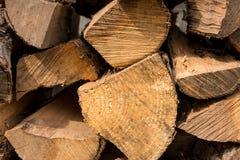 La legna da ardere tagliata per un fuoco ha impilato caotico il pino, il dado, struttura del fondo del gelso Fotografia Stock Libera da Diritti