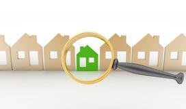La lente d'ingrandimento seleziona o ispeziona una eco-casa in una fila di case Fotografie Stock Libere da Diritti