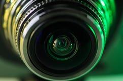 La lente de cámara está iluminada en de color verde amarillo Foto horizontal Foto de archivo libre de regalías