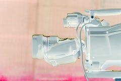 La lente de la cámara de vídeo - demostración de la grabación en estudio de la TV - céntrese en abertura de la cámara imagen de archivo libre de regalías