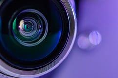 La lente de cámara y el hacer excursionismo azul Foto horizontal Fotografía de archivo