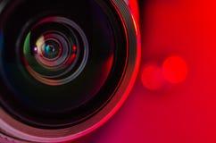 La lente de cámara y el hacer excursionismo rojo Foto horizontal Imágenes de archivo libres de regalías