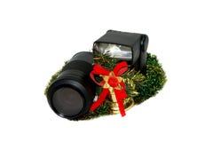 La lente, el flash y las decoraciones de la Navidad Fotos de archivo libres de regalías