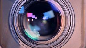 La lente objetiva interna de una cámara de vídeo está enfocando adentro metrajes