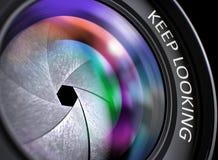 La lentille de l'appareil photo numérique avec l'inscription continuent le regard 3d Images libres de droits