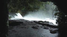 La Leona Waterfall, Chile de Salto de almacen de metraje de vídeo