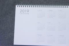 La letra 2019 en el calendario imagen de archivo