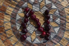 La letra N hizo con los cherrys para formar una letra del alfabeto con las frutas Fotos de archivo libres de regalías