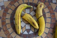 La letra N hizo con los plátanos para formar una letra del alfabeto con las frutas Foto de archivo