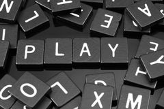 La letra negra teja el deletreo de la palabra y del x22; play& x22; Fotografía de archivo