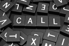 La letra negra teja el deletreo de la palabra y del x22; call& x22; Foto de archivo