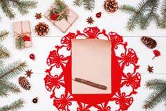 La letra a Papá Noel en el fondo con los regalos de la Navidad, abeto del día de fiesta ramifica, los conos del pino, decoracione Foto de archivo libre de regalías