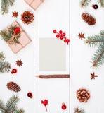 La letra a Papá Noel en el fondo con los regalos de la Navidad, abeto del día de fiesta ramifica, los conos del pino, decoracione Fotos de archivo