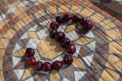 La letra S hizo con los cherrys para formar una letra del alfabeto con las frutas Imágenes de archivo libres de regalías