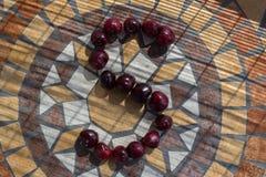 La letra S hizo con los cherrys para formar una letra del alfabeto con las frutas Fotos de archivo libres de regalías