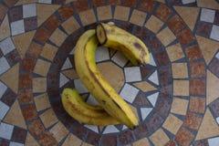 La letra S hizo con los plátanos para formar una letra del alfabeto con las frutas Foto de archivo libre de regalías