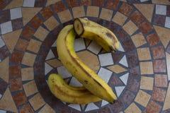 La letra S hizo con los plátanos para formar una letra del alfabeto con las frutas Imágenes de archivo libres de regalías