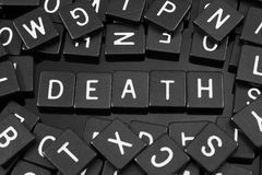 La lettera nera piastrella l'ortografia la parola & del x22; death& x22; Immagine Stock Libera da Diritti
