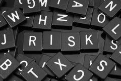 La lettera nera piastrella l'ortografia la parola & del x22; risk& x22; Fotografie Stock Libere da Diritti