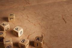 La lettera taglia - dislessia - l'istruzione a cubetti immagine stock