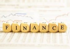 La lettera taglia il concetto a cubetti: Finanze Immagini Stock