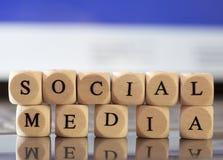 La lettera taglia il concetto a cubetti: Media sociali Fotografia Stock Libera da Diritti