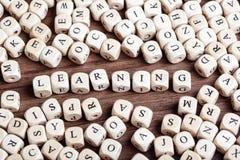 La lettera taglia la parola a cubetti - imparando Fotografia Stock
