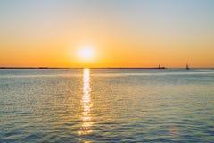 La Lettonia, Riga, Mar Baltico, tramonto, talpa ed onda 2017 Immagini Stock Libere da Diritti