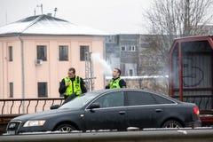 La Lettonie, Riga - 1er décembre 2017 : La police locale de Riga, Lettonie à l'endroit de l'accident en la voiture Cigartes élect Photographie stock libre de droits