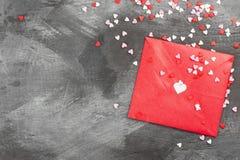 La lettre d'amour accroche sur la corde et les coeurs a sur un fond foncé Images stock
