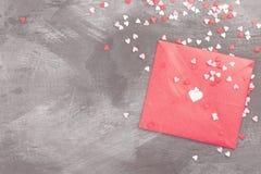 La lettre d'amour accroche sur la corde et les coeurs a sur un fond foncé Photographie stock