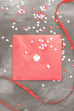 La lettre d'amour accroche sur la corde et les coeurs a sur un fond foncé Photo stock